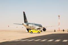 Avião na pista de decolagem no aeroporto em um dia ensolarado agradável em Jordânia Imagem de Stock