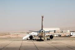Avião na pista de decolagem no aeroporto em um dia ensolarado agradável em Jordânia Imagens de Stock Royalty Free