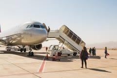 Avião na pista de decolagem no aeroporto em um dia ensolarado agradável em Jordânia Fotografia de Stock Royalty Free