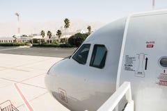 Avião na pista de decolagem no aeroporto em um dia ensolarado agradável em Jordânia Imagens de Stock
