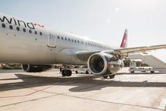 Avião na pista de decolagem no aeroporto em um dia ensolarado agradável em Jordânia Foto de Stock Royalty Free