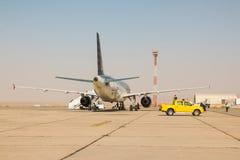 Avião na pista de decolagem no aeroporto em um dia ensolarado agradável em Jordânia Imagem de Stock Royalty Free
