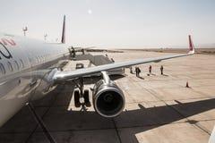 Avião na pista de decolagem no aeroporto em um dia ensolarado agradável em Jordânia Fotografia de Stock