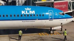 Avião na porta do aeroporto Fotografia de Stock Royalty Free