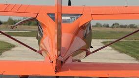 Avião no aeródromo video estoque