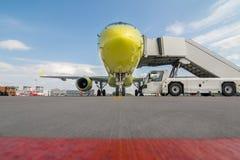 Avião no aeroporto fotografia de stock