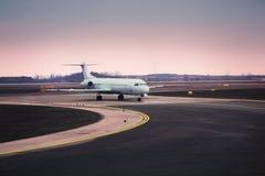 Avião no aeroporto imagem de stock