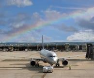 Avião no aeroporto do arco-íris. Imagem de Stock Royalty Free