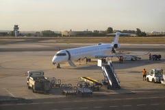 Avião no aeroporto no por do sol Fotografia de Stock