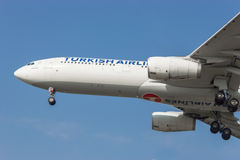 Avião no ar pronto à aterrissagem Fotografia de Stock