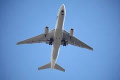 Avião no céu azul imagens de stock royalty free