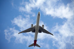 Avião no céu bluy imagem de stock royalty free