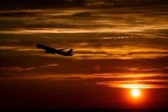 Avião no céu do por do sol no ar com espaço para o texto Silhouett Imagem de Stock Royalty Free