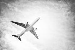 Avião no céu e nas nuvens imagem de stock royalty free
