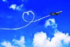 Avião no céu e nas nuvens coração-dadas forma imagens de stock