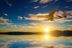 Avião no céu no lago no por do sol Fotografia de Stock Royalty Free