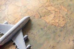 Avião no mapa de papel para a imagem da descoberta da aventura do curso imagem de stock