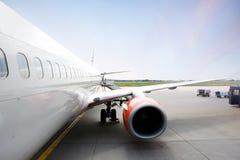 Avião no terminal Imagens de Stock