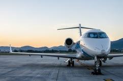 Avião ou avião pequeno estacionado no aeroporto Foto de Stock