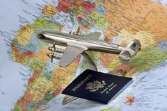 Avião, passaporte e mapa Fotos de Stock