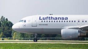 Avião pela opinião do close-up de Lufthansa Fotografia de Stock