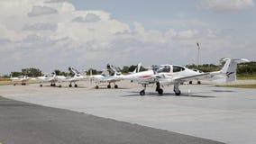 Avião pequeno na frente dos hangares Foto de Stock Royalty Free