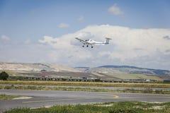 Avião pequeno na pista de decolagem a voar Imagem de Stock