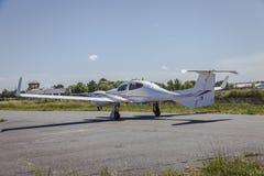 Avião pequeno na pista de decolagem a voar Fotografia de Stock Royalty Free
