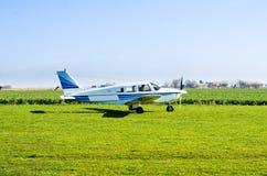 Avião pequeno na terra fotos de stock royalty free