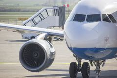 Avião pequeno que espera para decolar fotos de stock royalty free