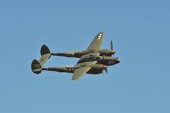 Avião PP-38 de encontro ao céu azul Imagens de Stock Royalty Free