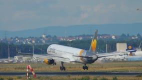 Avião que aproxima-se antes de aterrar vídeos de arquivo