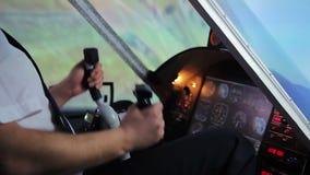 Avião que cai na terra, piloto doente que tenta controlar o voo, impacto do ar vídeos de arquivo