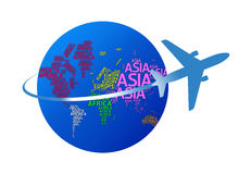 Avião que circunda o globo com os nomes dos continentes. w isolado imagem de stock