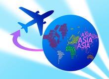 Avião que circunda o globo com os nomes dos continentes. w isolado fotos de stock royalty free