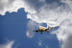 Avião que entra para a aterragem Imagens de Stock