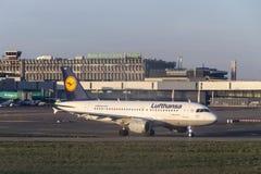 Avião que espera na fila pela decolagem em Dublin Airport, Ire fotografia de stock royalty free