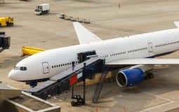 Avião que prepara-se para decolar no aeroporto fotos de stock