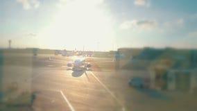 Avião que sae para um destino ensolarado video estoque