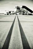 Avião que taxa na pista de decolagem Fotografia de Stock