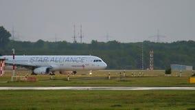 Avião que taxiing após a aterrissagem vídeos de arquivo