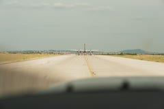 Avião que taxiing na pista de decolagem preparando a partida - decole a Fotografia de Stock Royalty Free