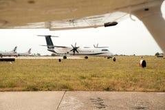Avião que taxiing na pista de decolagem preparando a partida - decole a Foto de Stock