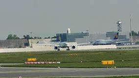 Avião que taxiing no aeroporto de Francoforte, FRA
