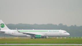 Avião que taxiing no tempo chuvoso filme