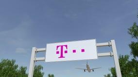 Avião que voa sobre o quadro de avisos de propaganda com logotipo de T-Mobile 3D editorial que rende o grampo 4K ilustração royalty free
