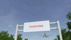 Avião que voa sobre o quadro de avisos de propaganda com logotipo de Toshiba Corporation 3D editorial que rende o grampo 4K ilustração royalty free