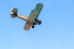 Avião retro Polikarpov PO-2 do russo no céu azul Foto de Stock