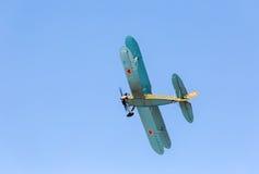 Avião retro Polikarpov PO-2 do russo no céu azul Imagem de Stock