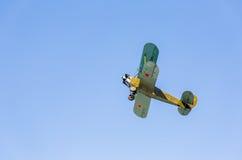 Avião retro Polikarpov PO-2 do russo no céu azul Fotografia de Stock Royalty Free